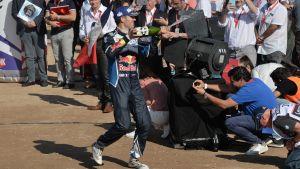 Sebastien Ogier firar med en champagneflaska