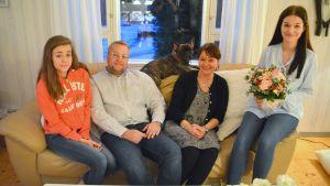 Östnylands lucia 2016 Nea Nordström med hela familjen: syster Ina, pappa Tomas och mamma Marianne samt hunden Pimu.