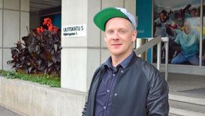 "Lasse ""Redrama"" Mellberg utanför Radiohuset"