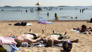 Pojkar på strand i Hangö.