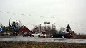 Bilar i kö på Kvevlaxvägen för att svänga ut på riksväg 8.