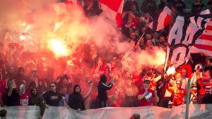 HIFK:s anhängare hurrar under match mot HJK.