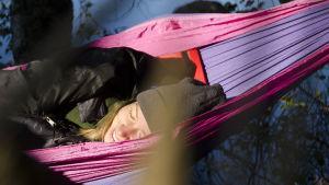 Hanna Enlund sover i en hängmatta.