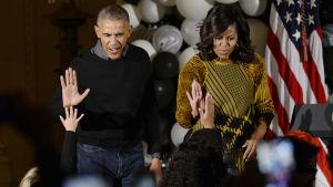 Michelle Obama har alltid haft höga popularitetssiffror medan stödet för Barack Obama har stigit stadigt under det senaste året.