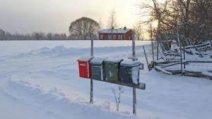 En rad med postlådor vid vägkanten.