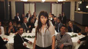 Kuva elokuvasta Luokkajuhla, keskellä Anna (Anna Odell)