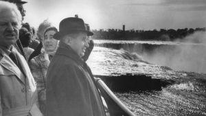 Paret Ceausescu beundrar ett vattenfall.