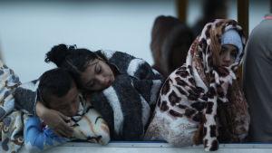 Tre ungdomar som räddades från turistbåten väntar på nyheter om sina saknade släktingar i Guatapé på söndag kväll.