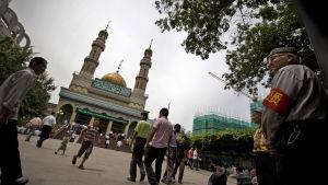 Muslimer samlas till fredagsbön i provinsen Xinjiang i Kina.