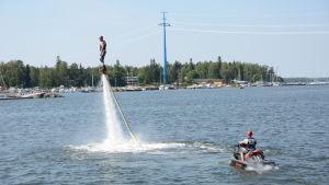 Man kan åka upp 13 meter i luften med flyboard. Om man vågar.