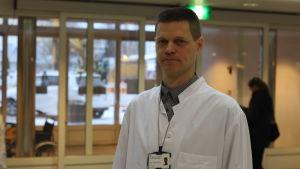 Sjukhusapotekare Jussi-Pekka Raua vid Vasa centralsjukhus