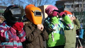 Elever vid Vasa övningsskola tittar på solförmörkelsen.