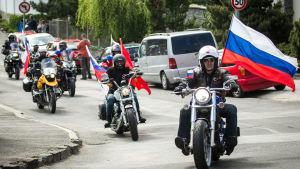 Medlemmar från motorcykelblubben Nattens vargar i Slovakien på väg till Berlin för att fira andra världskrigets slut.