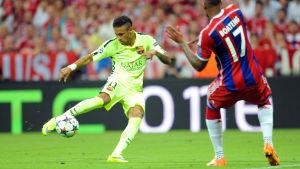 Neymar gjorde två mål i första halvlek mot Bayern München.