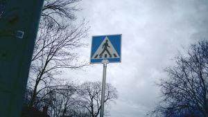 Trafikmärke vid en skyddsväg.