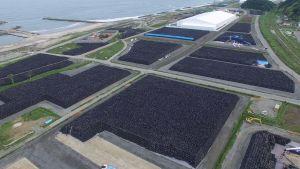 Radioaktiv jord lagras nära kärnkraftverket i Fukushima.