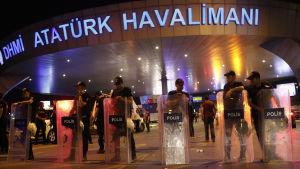 Poliser blockerar ingången till flygplatsen Atatürk i Istanbul den 28 juni 2016.