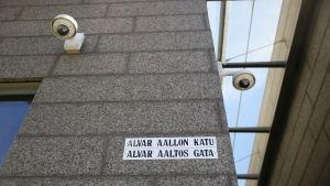 Alvar Aallon katu, kyltti seinässä.