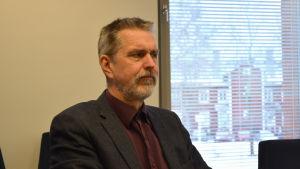 Överläkare Matti Mäkelä på THL sitter vid ett bord och ser bekymrad ut.