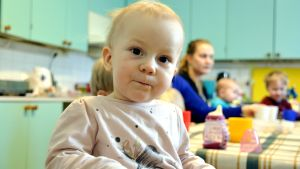 Barn på Pernå församlings klubb. Sitter vid matbordet.