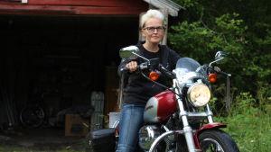 Nina Forsman på sin Harley Davidson