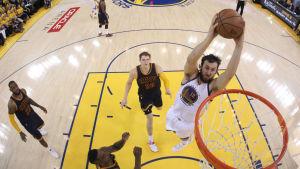 Golden States Andrew Bogut dunkar in bollen i NBA-finalerna 2015.