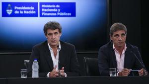 Argentinas finansminister Alfonso Prat-Gay (t.v.) redogör för överenskommelsen  med amerikanska långivare.