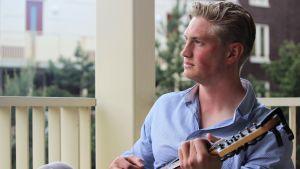 Richard Jensen med en gitarr i handen.