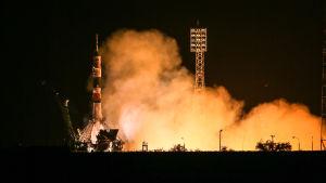 Sojuz-raketen flög på torsdagsmorgonen till den internationella rymdstationen ISS.