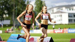 Zenitha Eriksson ger över stafettpinnen till Karin Storbacka.