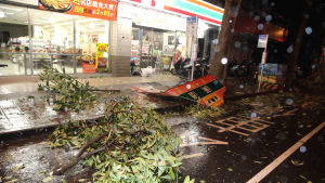 Förödelse i Taipei efter tyfonen Soudelor.
