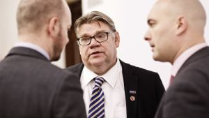 Sannfinländarnas ordförande Timo Soini tillsammans med gruppordföranden Sampo Terho (t.v.) och riksdagsledamoten Ari jalonen (t.h.)