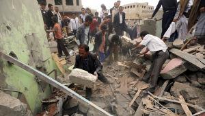 Minst två personer dödades i en attack mot en skola invid ett torg i Sanaa i Jemen i juli