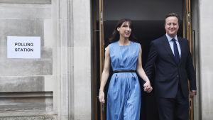 Storbritanniens premiärminister David Cameron med frun Samantha lämnar vallokalen efter att ha röstat i folkomröstningen om landets EU-medlemskap.