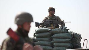 Två soldater ur den afghanska militären vaktar fängelset i Bagram, Afghanistan.