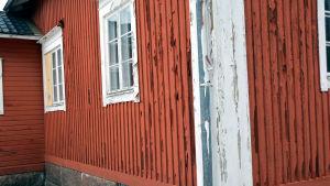 Huset där gymnastiksalen finns har inte underhållits på länge.