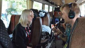 Tommy Nordlund intervjuar Veronica Maggio i en buss.