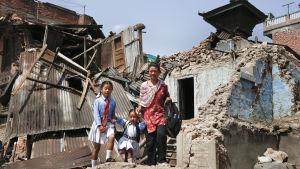 Två nepalesiska flickor återvänder till skolan tillsammans med sin mamma.