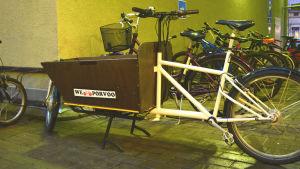 En cykel med låda framtill.