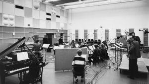 """Sibelius-Akatemian oopperastudio ja -orkesteri äänittävät Tuomo Pylkkäsen """"Varjo""""-oopperaa 22.4.1981 M2-studiolla."""
