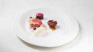 En dessert på en vit tallrik.