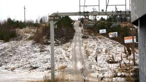 Skidliften på Öjberget står stilla trots frost på marken.