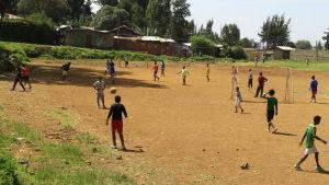 Människor spelar fotboll i Addis Abeba