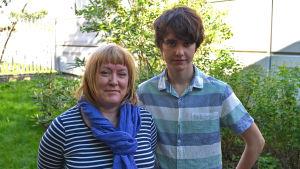 Liisa Wallenius, ordförande för Svensklärarna i Finland rf, och Mark Turunen som vunnit pris för sin uppsats på svenska.