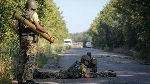 Ukrainska soldater strider mot rebellerna i östra Ukraina 2014.
