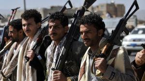Houthirebeller drabbade samman med regeringsstyrkor i Jemens huvudstad Sanaa 19.1.2015