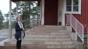 Förestådaren Helena Lönn utanför Sjökulla skola i Kyrkslätt.