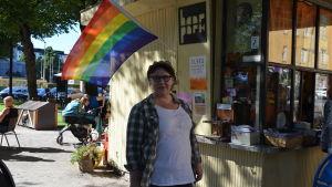 Björnparkens funkiskiosk hör till de försäljningshotade, Tarja Koivumäki är orolig över gaykulturen.