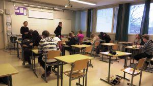 Klass 8B i Ekenäs Högstadieskola.