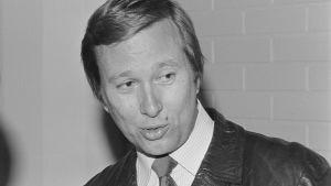 Runoilija, kirjailija Lassi Sinkkonen